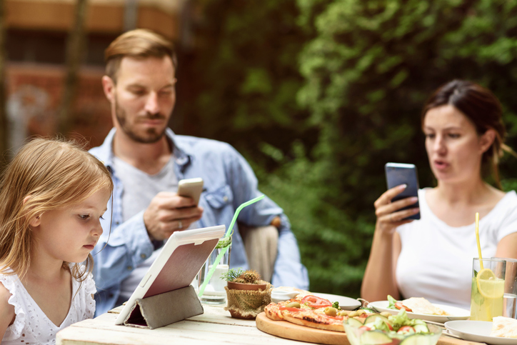 9 Ways Phubbing Is Hurting Your Family